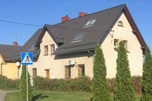 wygląd domu gdzie mieści się apartament