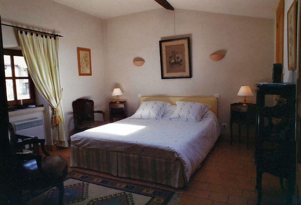 Chambre jaune : lit articulé tête et pieds 1,50x2,00m