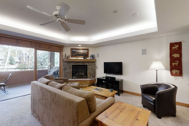 Modern, spacious condo w/ a shared pool, hot tub, & gym - close to the slopes!