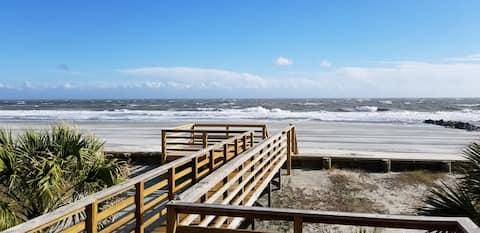 Beachfront with private beach access- Sleeps 10