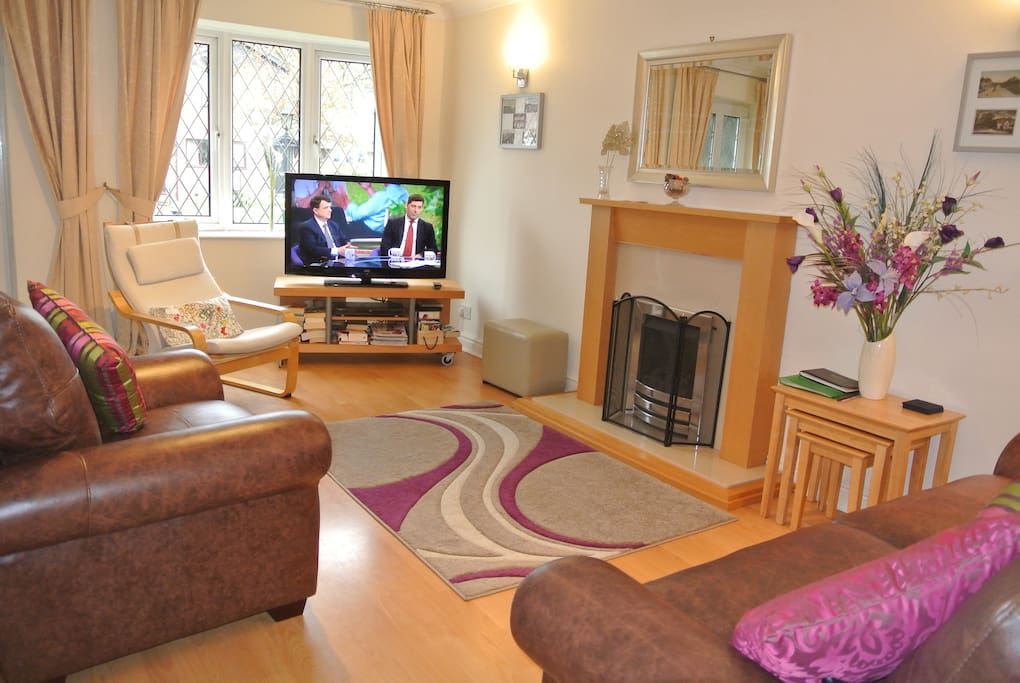 Lounge  The lounge has 42 inch Flatscreen Freeview High Definition TV, and DVD player and recorder. There are games, books and a wide selection of tourist information. New leather sofa and chair for 2017.