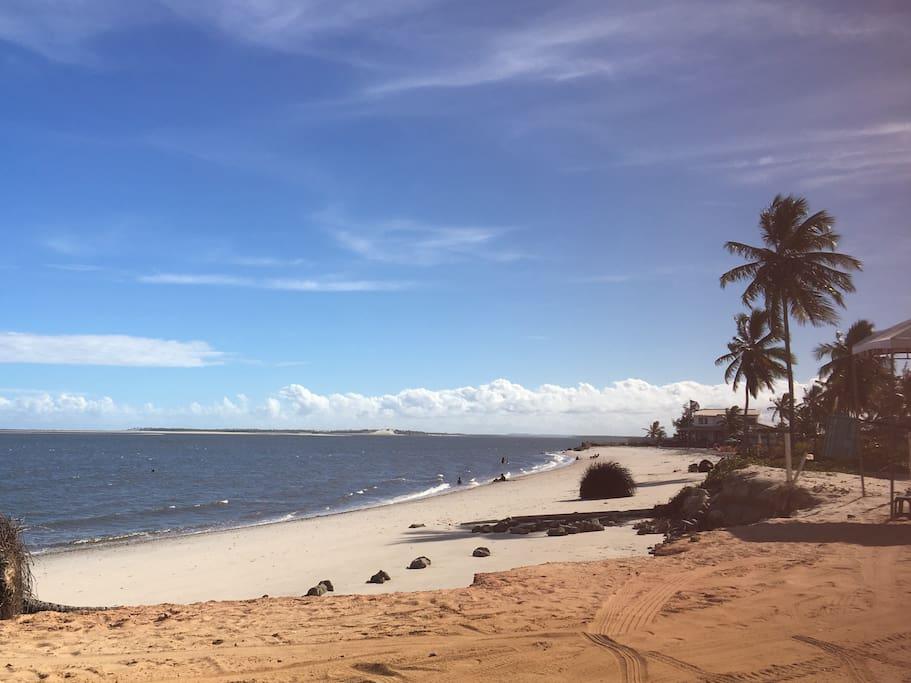 Grande extensão de praia com trechos quase desertos