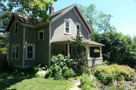 Charming home- private room - gardn - South Kingstown - Casa