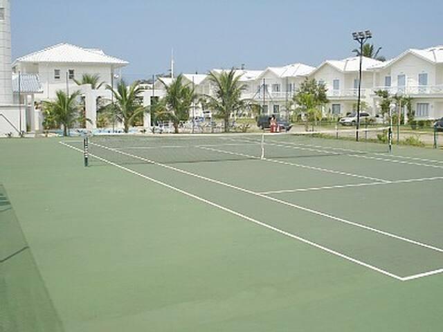 Quadra de tênis em frente a casa