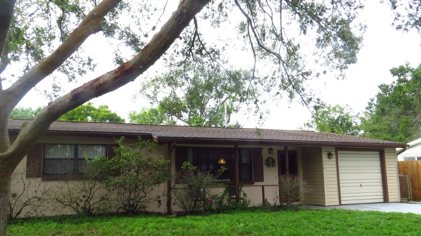 Minutes to the beach-Charming 2 bedroom home