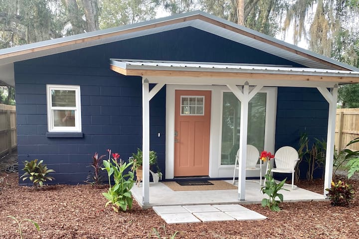 Affordable eclectic cottage minutes from downtown