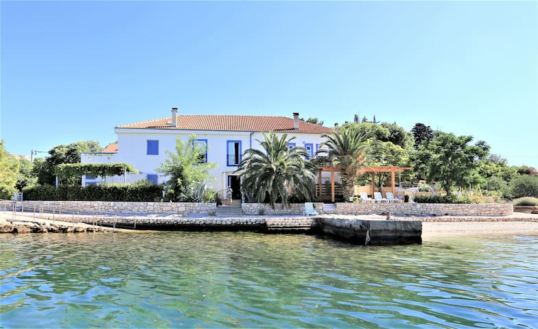 Home with private access to the Pebble Beach! - Jasenice - Casa
