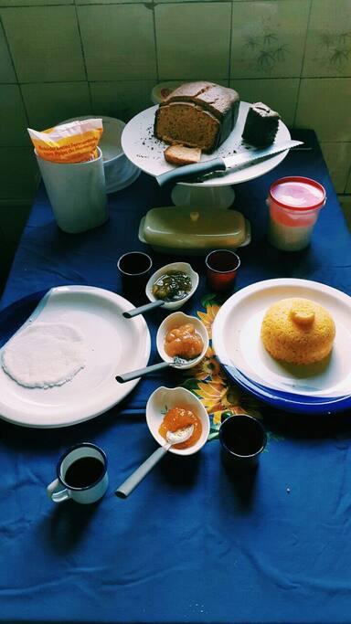 Café da manhã brejeiro: cuscuz com ovo, tapioca com queijo ou coco, pão e geleias produzidas na casa, iogurte e café <3
