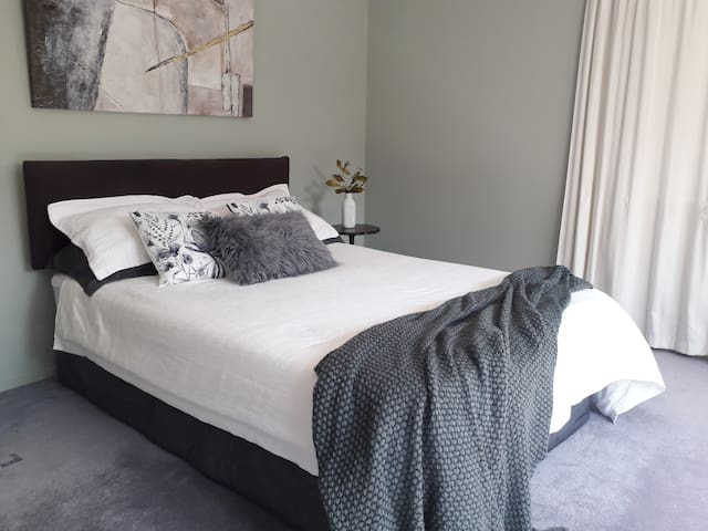 Lovely, clean and tidy large room in Silverstream