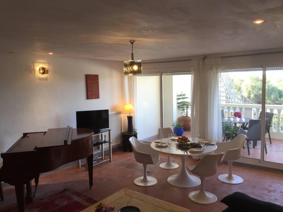 Séjour avec terrasse et un magnifique piano réservé exclusivement aux musiciens