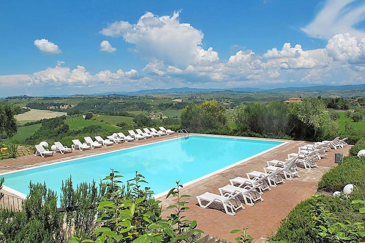 Apartment in the village of Asciano with 2 pools in the hills of Siena