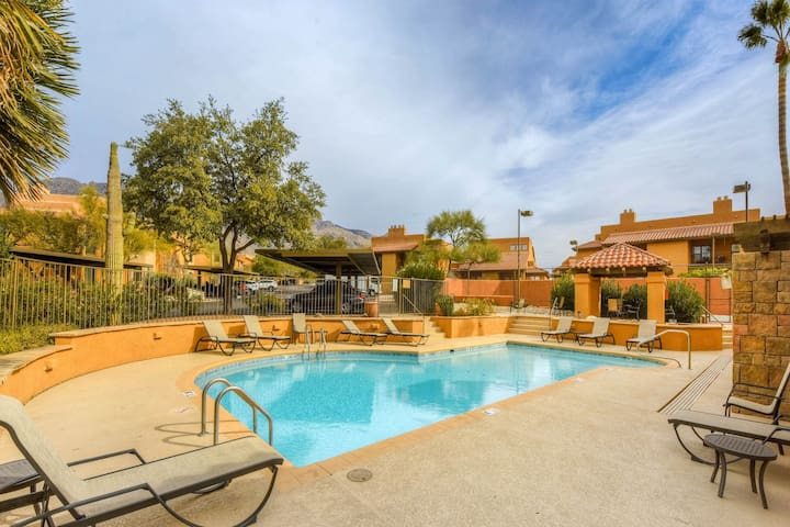 Ground floor, Dog-friendly condo w/ shared pool, hot tub, & tennis!