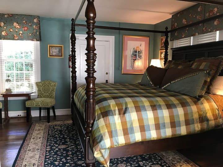 1720 King Cottage Room at Historic Inn