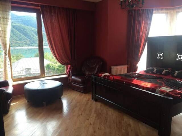 Красная комната с видом на озеро горы и на бассейн