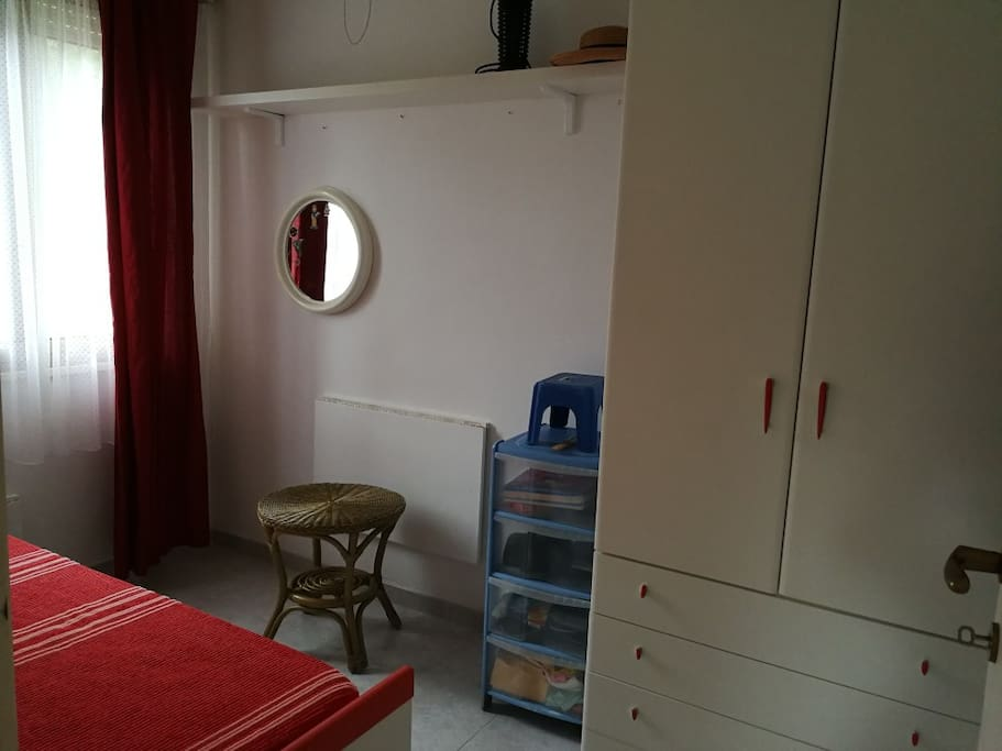 camera con due letti singoli materassi ortopedici