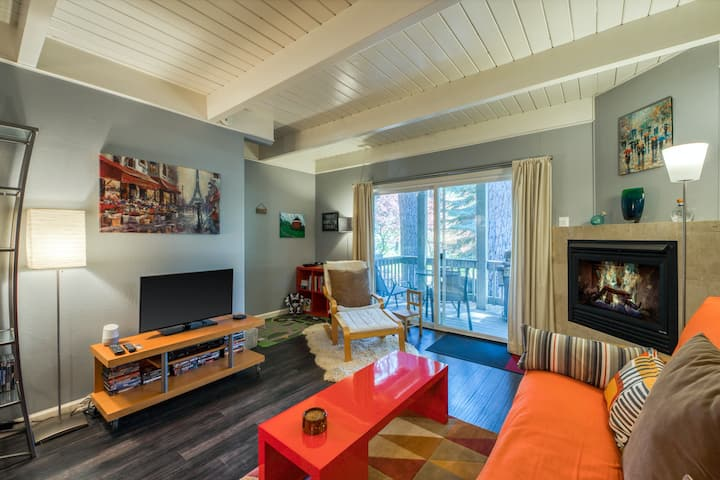 Colorful condo w/ a gas fireplace & forest views off the balcony - near skiing