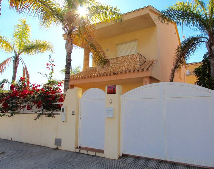 Beautiful 4 bed 3 bath Villa close to the beach