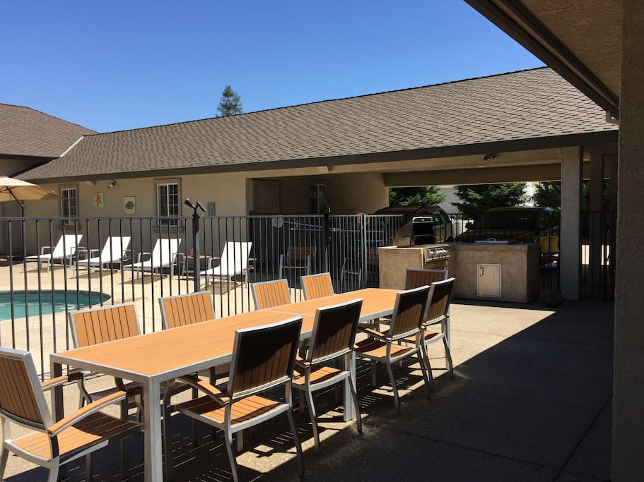 Outdoor dining for 10+ people.