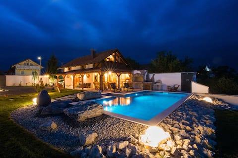 Handgemaakte villa met verwarmd buitenzwembad, spa