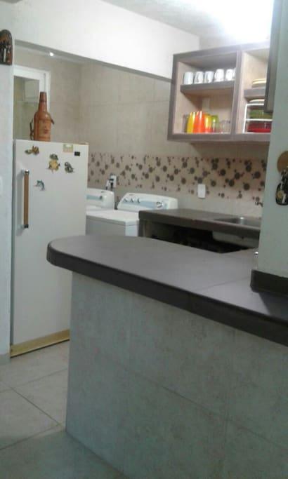 Cocina equipada lavaplatos,lavadora de ropa y secadora, microhondas,licuadora,exprimidor, cafetera, accesorios para cosinar, platos, vasos, cuviertos etc.