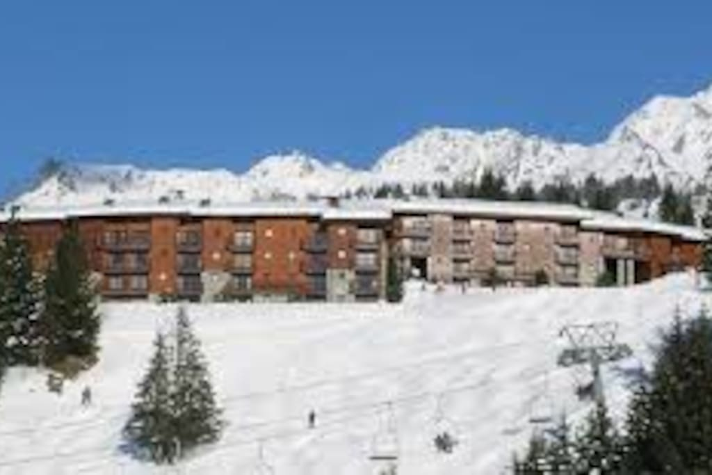 Vue de la residence depuis les pistes. View of the building from the slopes/village