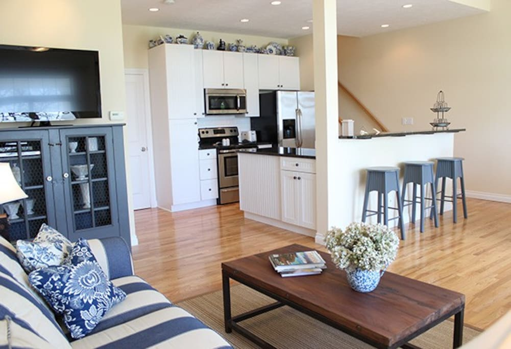 Full kitchen and great room