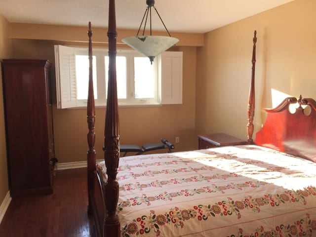 Spacious master bedroom with private bathroom - Vaughan