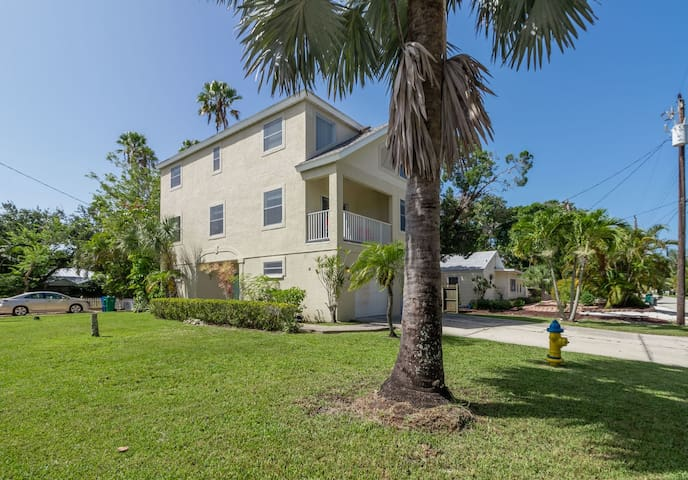 Charming, pet friendly vacation home in Longboat Key just 5 minutes to beach!