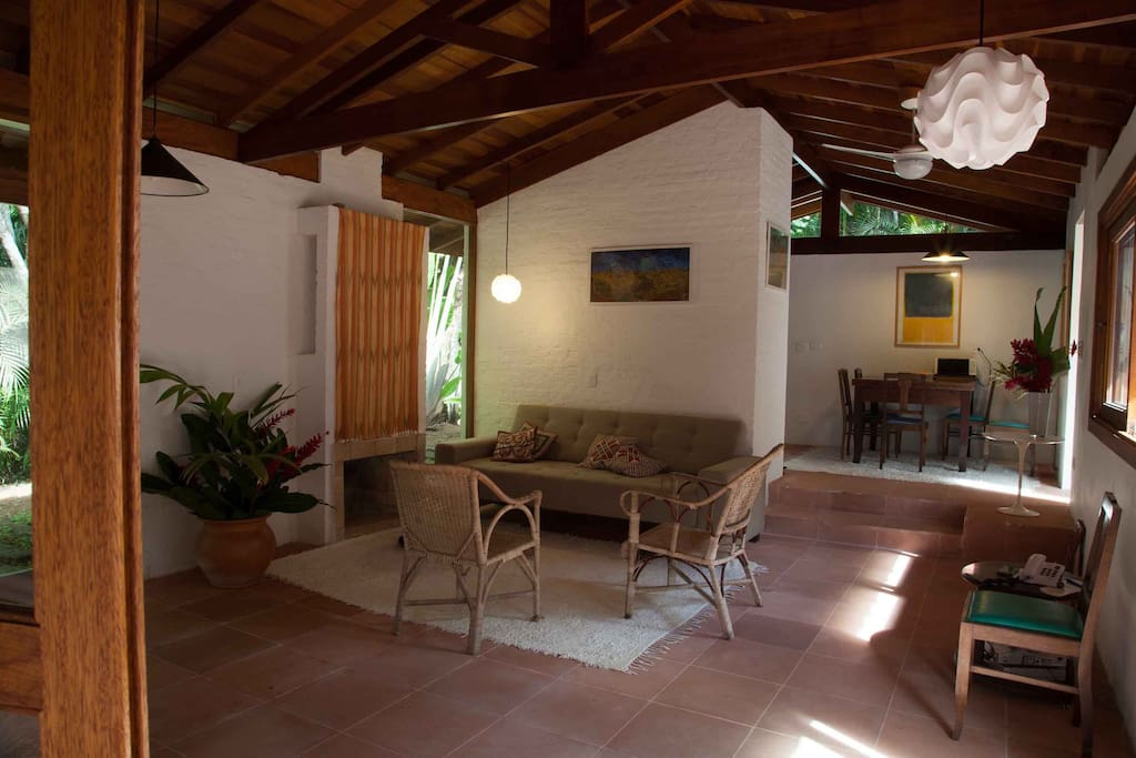 Sala de estar com lareira e cozinha integrada