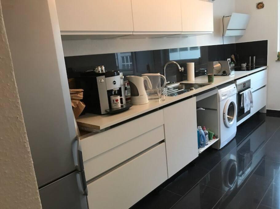 Moderne Küche mit frischen gemahlenem Cafe und Teebar