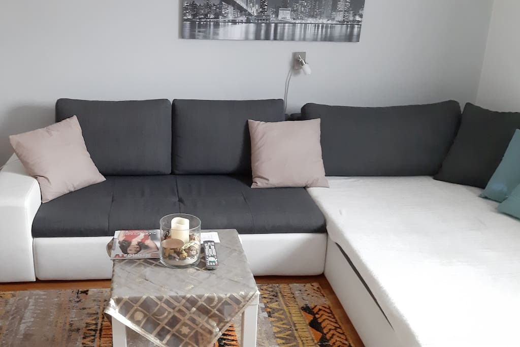 Wohnzimmer mit Couch/living room with couch with couch for sleeping/soggiorno con couch per dormire
