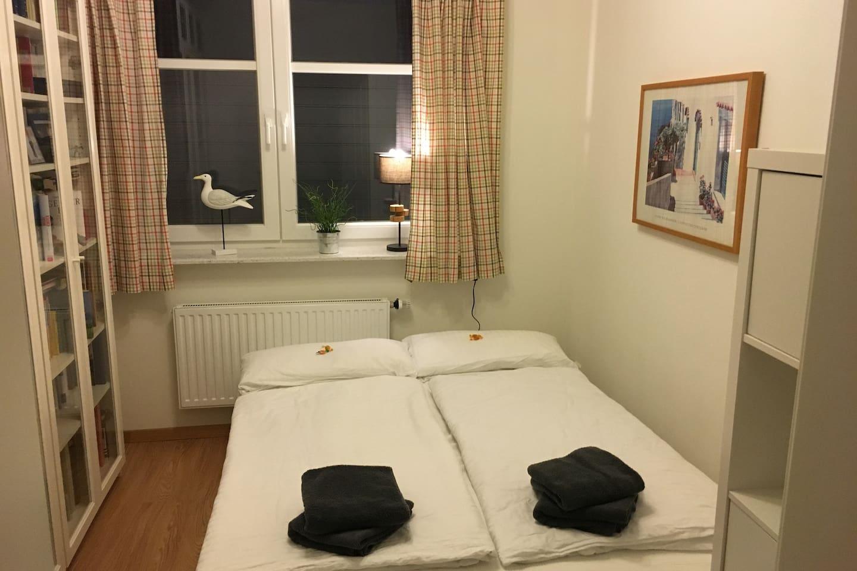 Gemütliches Schlafzimmer, kuschelig frische Bettwäsche, Leseecke und Flachbildschirm
