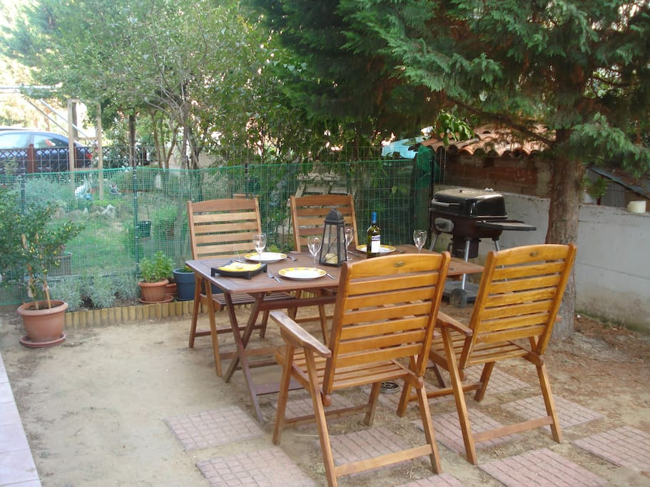 Seaside cosy apartment, barbeque in the garden