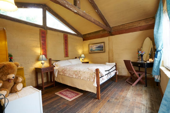 Mud brick studio -cosy, comfy, cute