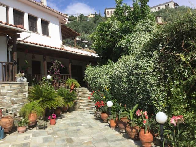 Afissos studios al mare con giardino e cortile for Planimetrie del cottage del cortile