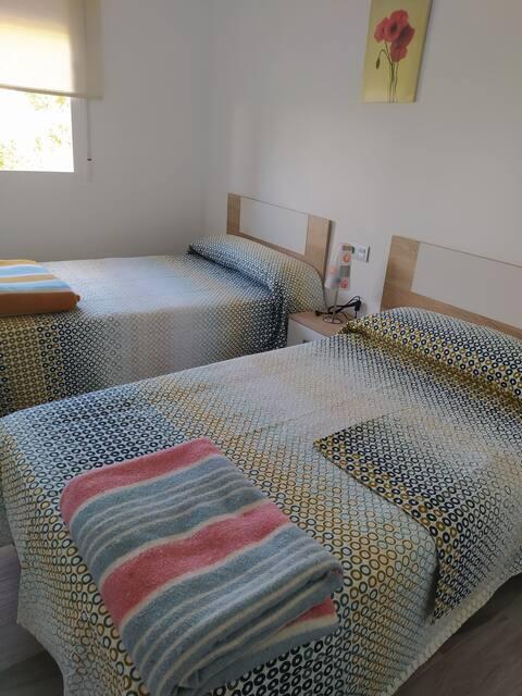 Habitación privada con dos camas y baño privado