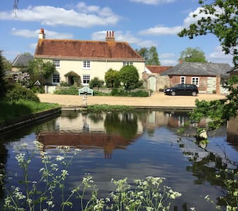 Traditional farmhouse with duckpond - Yapton
