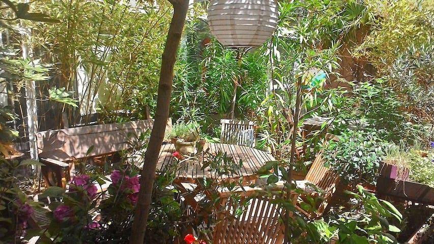 chambre indépendante sur patio à Belleville