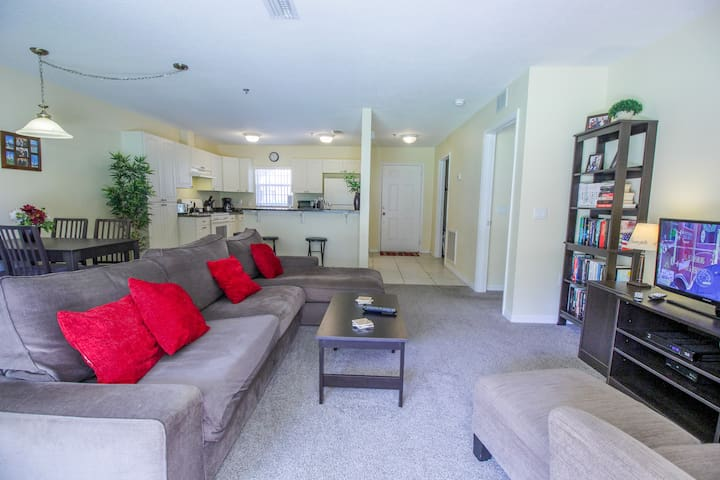 Indoors,Living Room,Room,Furniture,Couch