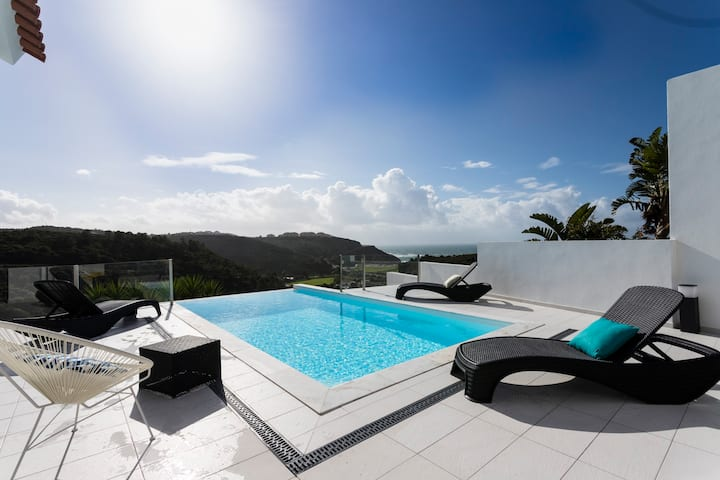 Great property with sea view and infinity pool