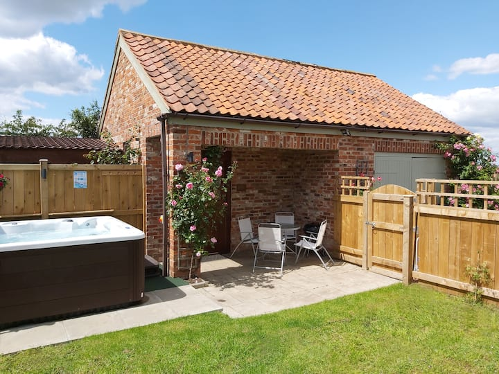 Rose Cottage -hot tub, dog friendly, country views