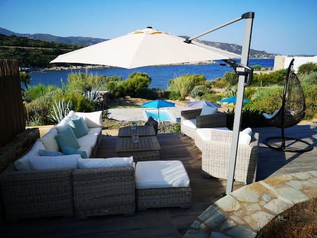 Villa pieds dans l'eau, piscine, vue mer montagne