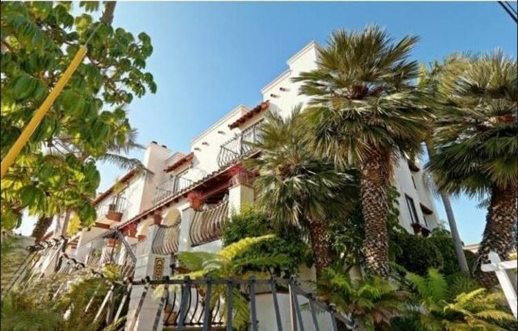 Private Master Bed/Bath, Walk to the Beach/Pier! - Redondo Beach - Stadswoning