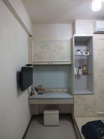 個人液晶電視,小桌,櫥櫃