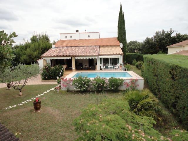 Maison familiale avec Piscine et parc clôturé. - Saint-Siffret - Casa
