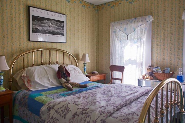 The Hilltop Inn, Queen Room, Room 2