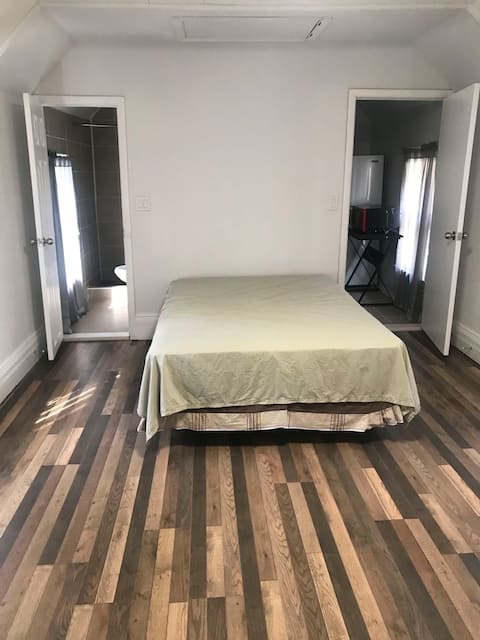 Spacious room in central Syracuse