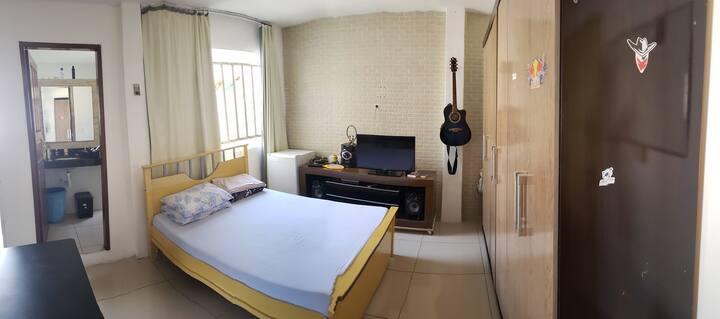 Suite com banheiro e varanda em bairro tranquilo