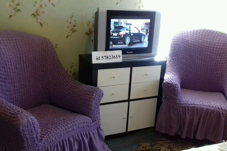 Кресла ,комод и телевизор с пультом
