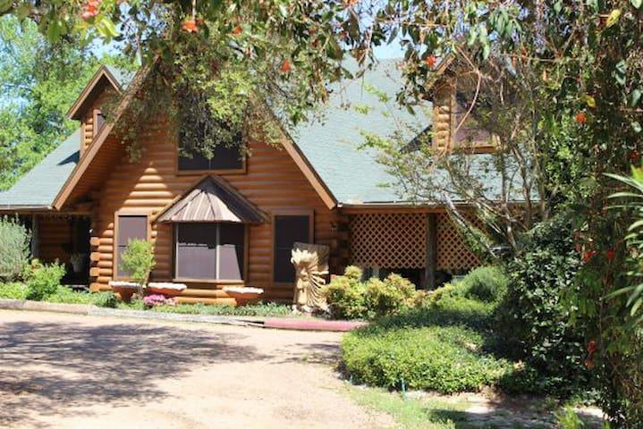 Comanche Sunset Suite - Cedar on the Brazos B & B